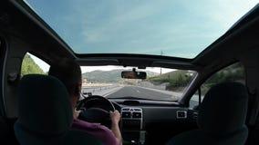 Homem que conduz um carro na estrada secundária filme