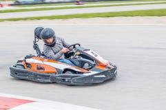 Homem que conduz um Kart fotos de stock royalty free