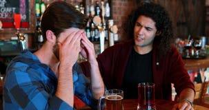Homem que consola seu amigo triste vídeos de arquivo