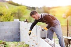 Homem que constrói uma casa Foto de Stock