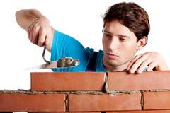 Homem que constrói uma parede imagens de stock