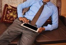 Homem que consulta no PC da tabuleta Imagem de Stock Royalty Free