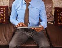 Homem que consulta no PC da tabuleta Foto de Stock