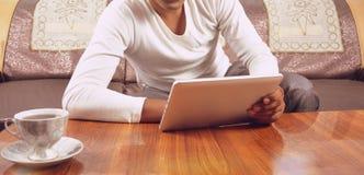 Homem que consulta no PC da tabuleta Foto de Stock Royalty Free