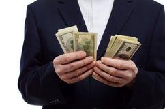 Homem que conta a moeda do dólar Fotografia de Stock
