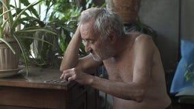 Homem que conta moedas em uma tabela filme