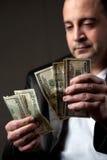 Homem que conta o dinheiro Fotos de Stock Royalty Free