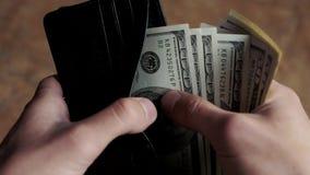 Homem que conta o dinheiro na carteira video estoque