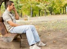 Homem que conversa em seu telefone móvel Imagens de Stock