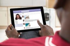 Homem que conversa no local social dos trabalhos em rede imagens de stock royalty free