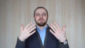 Homem que convida para vir, seguro e sorrindo fazendo um gesto com mão, sendo positivo e amigável video estoque