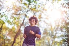 Homem que corre na aptidão da natureza, esporte da aptidão, treinamento e foto de stock