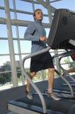 Homem que corre na escada rolante Fotos de Stock