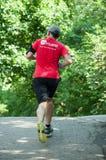 Homem que corre na floresta fotografia de stock