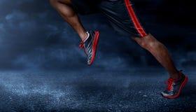 Homem que corre no asfalto Fotografia de Stock