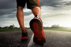 Homem que corre no asfalto Fotos de Stock