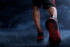 Homem que corre no asfalto Fotografia de Stock Royalty Free