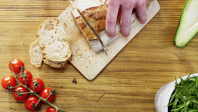 Homem que corta nacos de pão Imagem de Stock