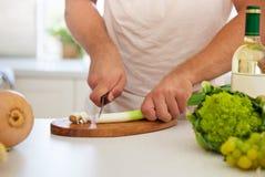 Homem que cozinha em casa Fotografia de Stock Royalty Free