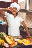 Homem que cozinha na cozinha moderna Fotos de Stock Royalty Free