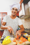 Homem que cozinha o jantar Fotos de Stock