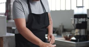 Homem que cozinha o pão em casa feito video estoque