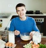 Homem que cozinha a omeleta com farinha Imagem de Stock Royalty Free