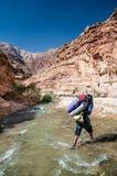 Homem que cruza The Creek Imagem de Stock