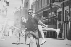 Homem que dá às cavalitas o passeio à amiga fotos de stock royalty free