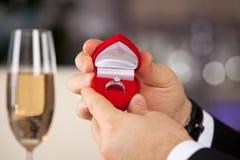 Homem que dá a caixa do acoplamento com anel imagem de stock royalty free