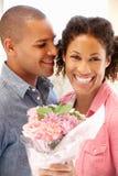 homem que dá flores à mulher foto de stock royalty free