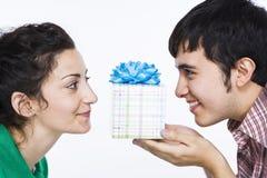 Homem que dá a mulheres um presente imagens de stock royalty free