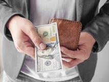 Homem que dá o dinheiro de sua carteira Foto de Stock