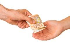 Homem que dá o euro 50 a uma mulher Fotos de Stock Royalty Free