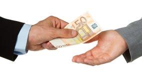 Homem que dá o euro 50 a uma mulher (negócio) Fotos de Stock Royalty Free