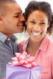 Homem que dá o presente à mulher fotos de stock royalty free