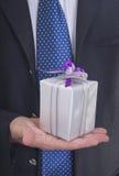 Homem que dá o presente Imagens de Stock Royalty Free