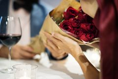 Homem que dá o ramalhete da rosa do vermelho imagens de stock royalty free