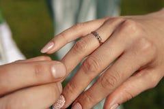 Homem que dá um anel de noivado a sua amiga fotografia de stock royalty free