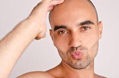Homem que dá um beijo. fotografia de stock