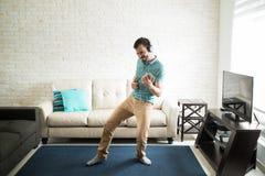 Homem que dança e que joga um Air Guitar Fotografia de Stock Royalty Free
