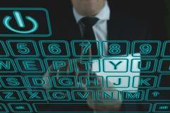 Homem que datilografa no teclado do futuro foto de stock