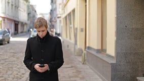 Homem que datilografa no telefone celular filme