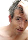 Homem que denomina seu cabelo fotos de stock royalty free