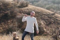 Homem que desbasta a madeira com machado Fotos de Stock