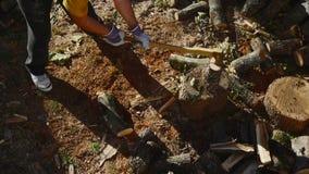 Homem que desbasta a madeira com um machado 04 filme