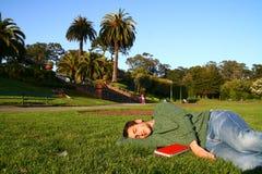Homem que descansa em Golden Gate Park Fotografia de Stock Royalty Free