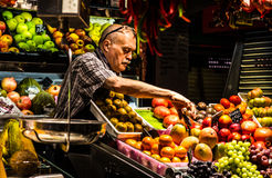 Homem que descasca o fruto Foto de Stock Royalty Free