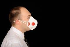 Homem que desgasta uma máscara imagens de stock royalty free