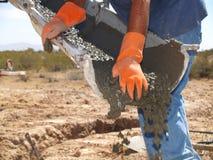 Homem que dirige o cimento do bico - horizontal fotografia de stock
